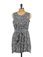 Black And White Zig Zag Print Pleated Dress With A Fabric Waist Belt - AKYRA