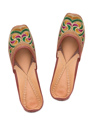 Multicolored embroidered leather mojaris