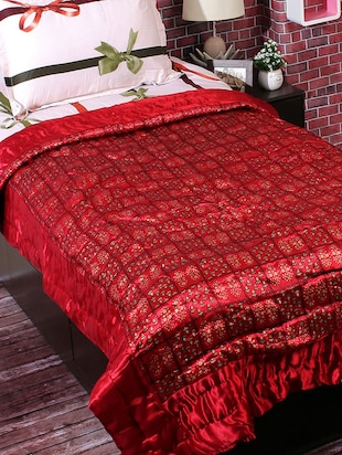 Maroon Base Golden Contemporary Print Single Quilt - 14509798 - Standard Image - 2