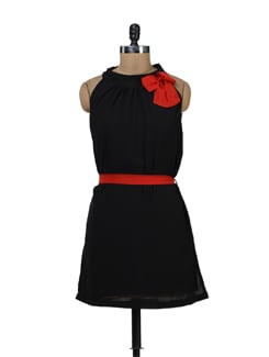 Little Black Dress With A Red Bow - Tapyti